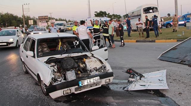 Antalyada tur midibüsü ile otomobil çarpıştı: 21 yaralı
