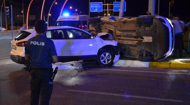 Karamanda polis aracı ile otomobil çarpıştı: 3 yaralı