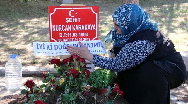 Bebeğiyle şehit olan kızının doğum gününü mezarı başında kutladı