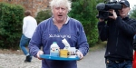 Boris Johnson peçe sorularını cevaplamayı reddetti, çay ikram etti