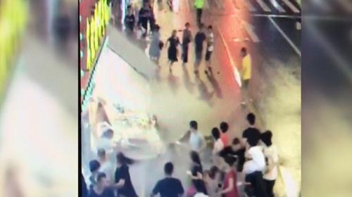 Çin'de dev bir tabela yoldan geçenlerin üstüne düştü