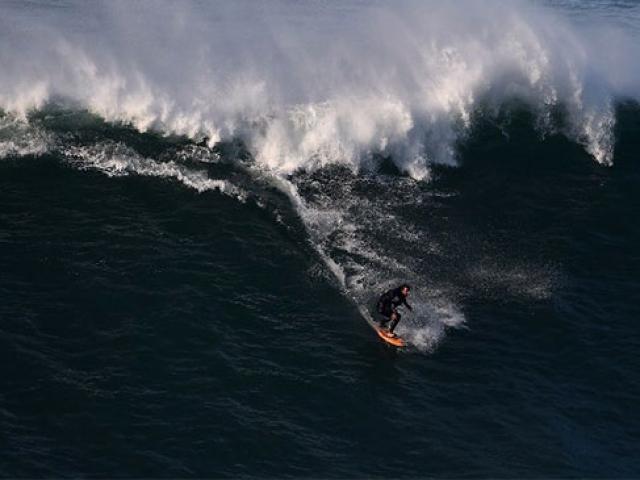 Brezilyalı sörfçü 24 metreye ulaşan dalgalarda rekor kırdı