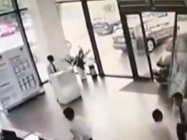 Gaz ve fren pedallarını karıştıran sürücü cam binaya girdi