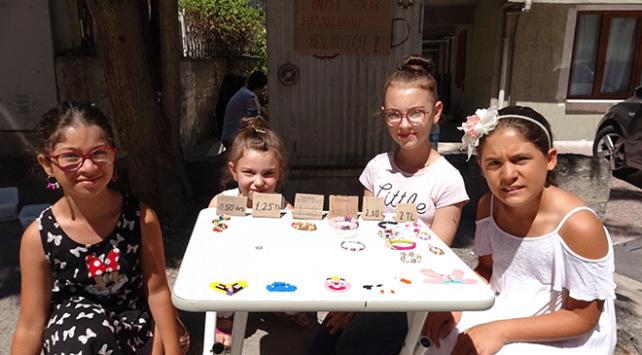 Çocuklar sokak hayvanları için bileklik yapıp satıyorlar