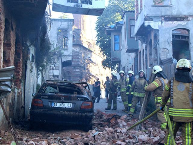 Yangında devrilen duvar otomobili kullanılamaz hale getirdi
