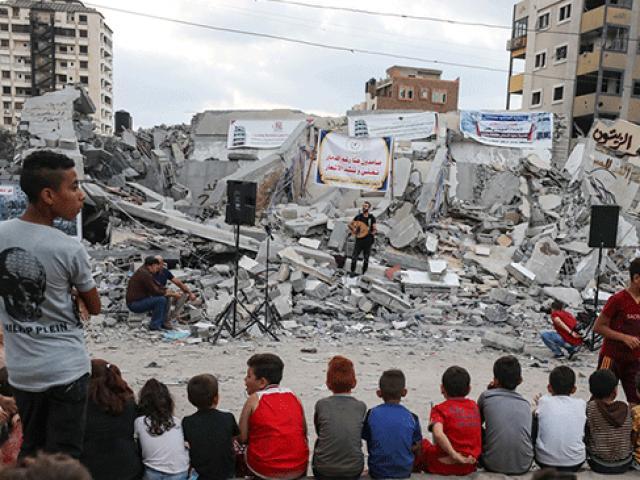 İsrailin vurduğu kültür merkezi enkazında Gazzeye destek konseri