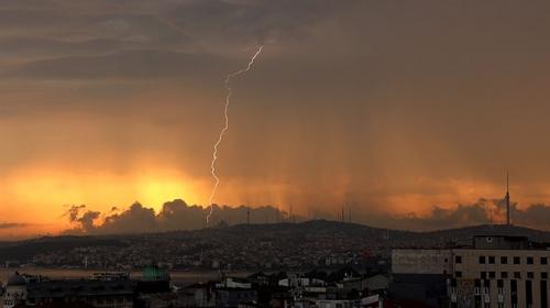 İstanbul güne şimşeklerle uyandı