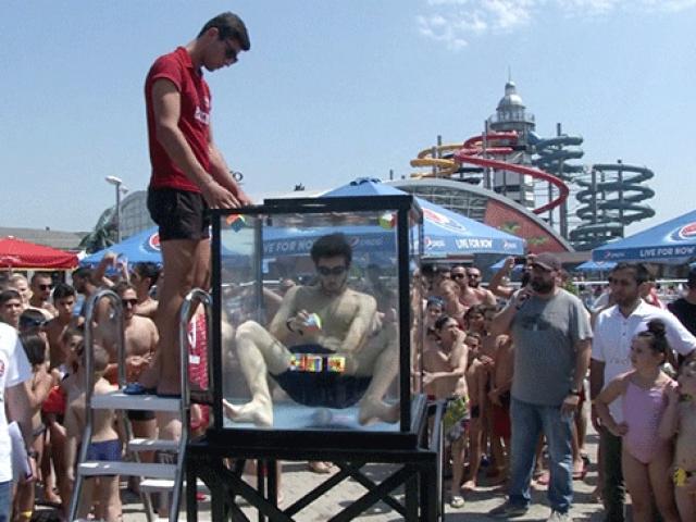 Su dolu fanusta nefesini tutarak 6 rubik küp çözdü