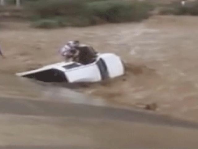 Kendi canını tehlikeye atarak sele kapılan sürücüyü kurtardı