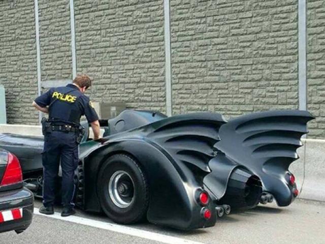 Polisin durdurduğu araçtan Batman çıktı