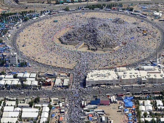 Hacı adayları yağmur eşliğinde Arafata çıktı
