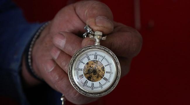 Eski cep saatlerini toplayıp köyünde sergiliyor