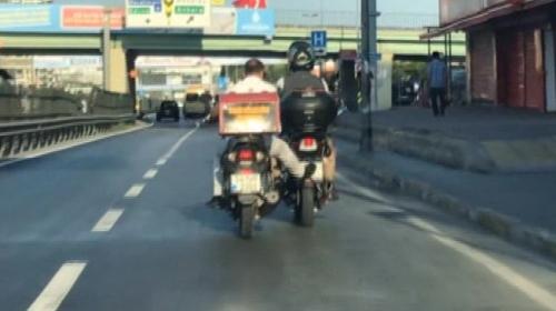 Benzini biten motosikleti ayağıyla itti