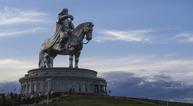 Cengiz Hanın atlı heykeline ziyaretçilerden yoğun ilgi