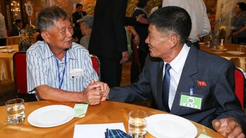 Kuzey ve Güney Koreden savaşın ayırdığı 89 aile buluştu