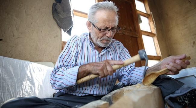 Babasından devraldığı şimşir kaşık yapımını 60 yıldır sürdürüyor