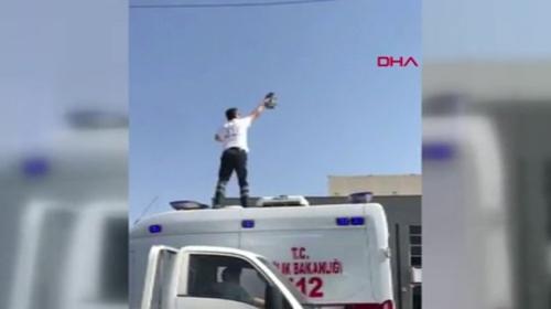 Ambulansın üzerine çıkıp tellere takılan güvercini kurtardı