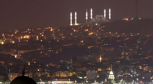 Çamlıca Camiinin minareleri 3 boyutlu sistemle aydınlatıldı
