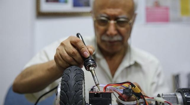 Oyuncak tamircisi Mustafa Nacar çocukların yüzünü güldürüyor