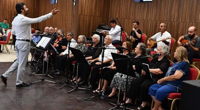 """İzmirdeki huzurevinin sakinleri """"Yurttan Sesler Korosu"""" ile mutlu oluyor"""