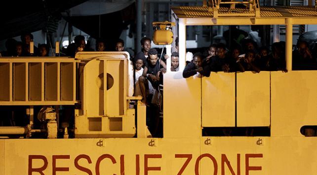 İtalyanın karaya çıkarmadığı sığınmacıların gemiden inmesine izin