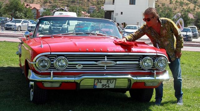 Tatlı Dillim filminde kullanılan klasik otomobiline gözü gibi bakıyor