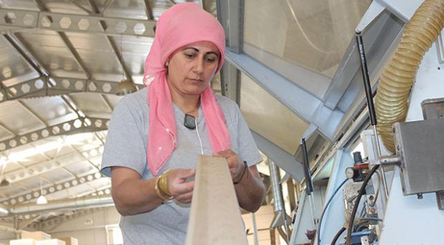 Kadın marangozların yaptığı kapılar yurt dışına gönderiliyor