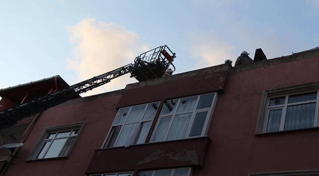 Bağcılarda bir binanın çatı katında yangın çıktı