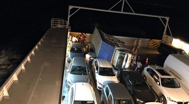 Arabalı vapurdaki kamyon bir aracın üzerine devrildi