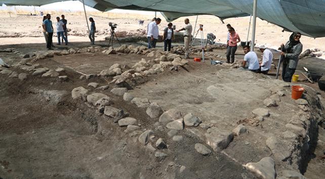 Domuztepede 8 bin yıllık tıraş bıçağı ve kirmen bulundu