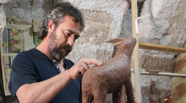 Avanos çamurundan film karakterlerinin heykellerini yapıyor