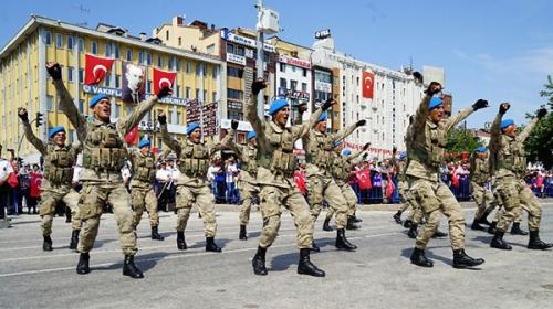 Komandoların Zeybek oyunu Zafer Bayramı'na damga vurdu