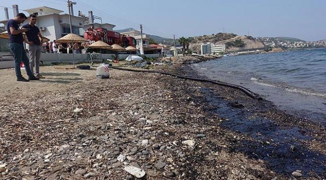 İzmir Foçada 100 kişilik ekiple temizlik sürüyor