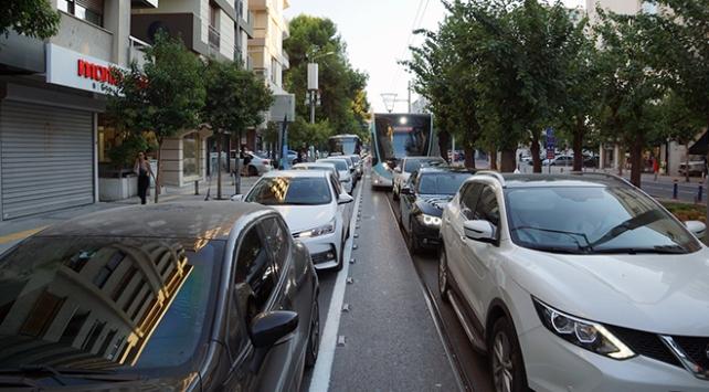 İzmirde tramvay trafiğe takıldı