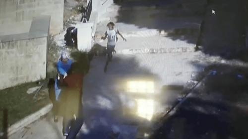 Dilenci kızın kadını kapkaççıdan kurtarma anı kamerada