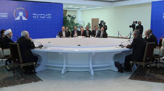 Tahran zirvesi teamüllerin aksine basına açık düzenlendi