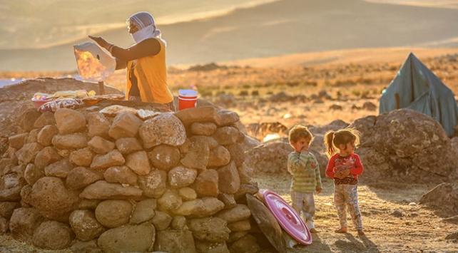 Yaylaların büyütüp beslediği insanlar çadırda yaşamlarını sürdürüyorlar