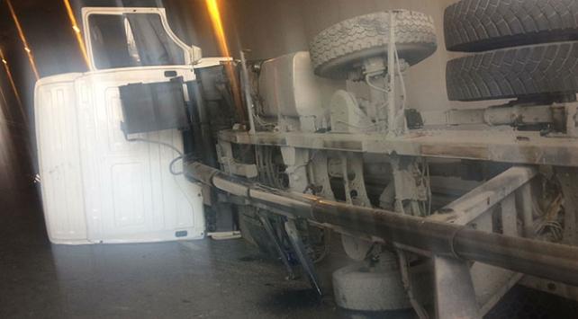 İstanbulda damperi açılan kamyon devrildi