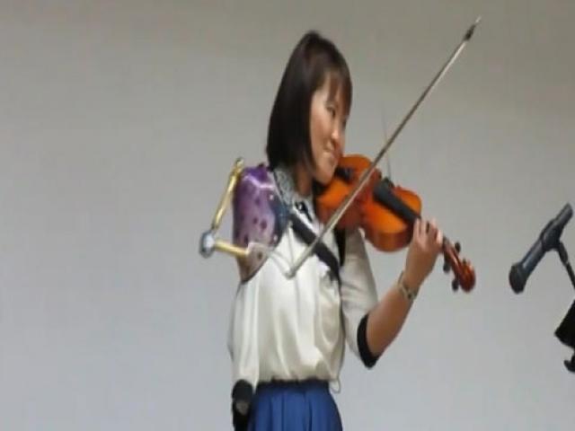Tek kolu olan Japon hemşire azmetti, keman virtüözü oldu