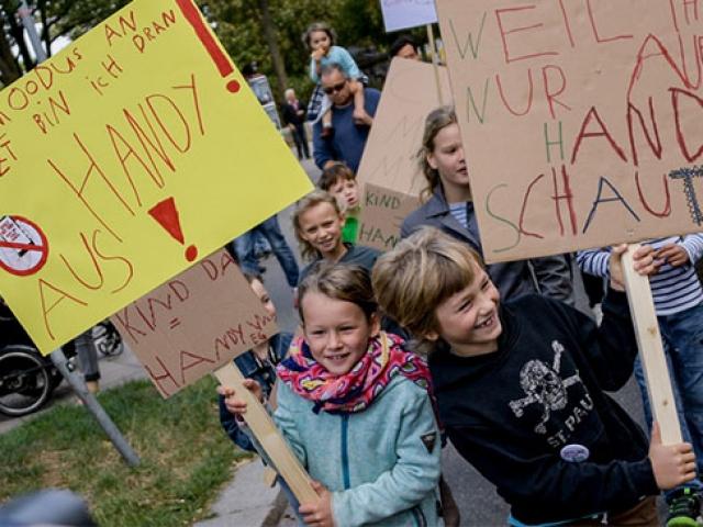 Hamburgda çocuklardan fazla telefon kullanan ebeveynlerine protesto