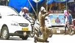 Hindistanda trafiği dans ederek yönlendiren trafik polisi