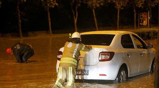 İstanbulda yağış nedeniyle araçlar mahsur kaldı