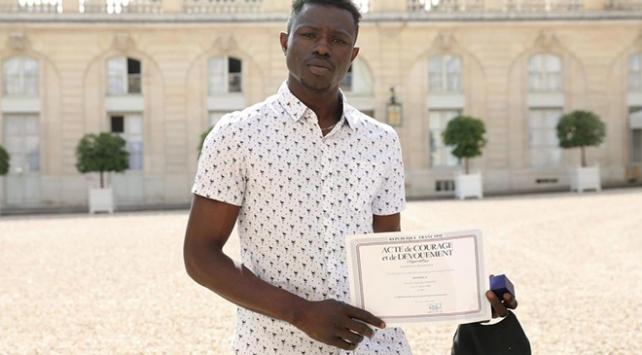 Balkondan sarkan çocuğu kurtaran göçmen Fransız vatandaşı oldu