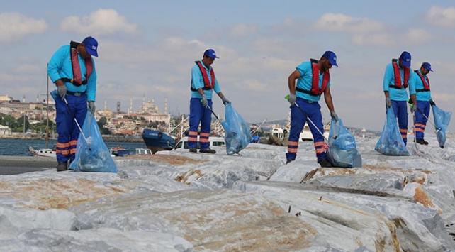 İstanbulun kıyılarından 12 bin metreküp çöp toplandı