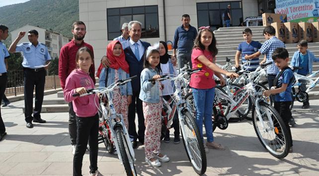 Akşehirde sabah namazına giden 520 çocuğa bisiklet hediye edildi
