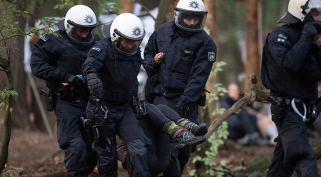 Almanyada 28 çevreci gözaltına alındı