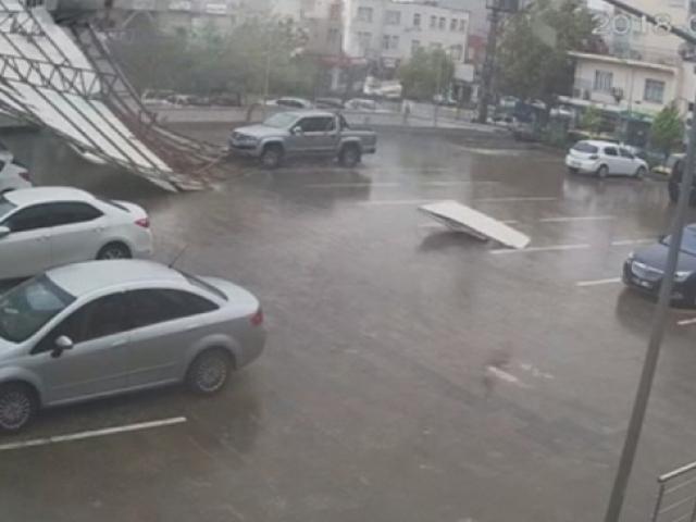 Adıyamanda fırtına çatıları uçurdu