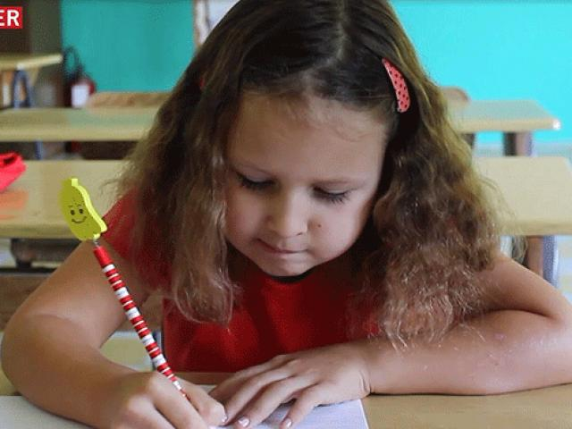 7 yaşındaki Nikolina köy okulunun tek öğrencisi