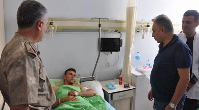Hakkari Valisi Topraktan yaralı asker ve işçilere ziyaret