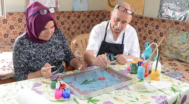 Almanyadan Uşaka geliyor, ebru sanatının inceliklerini öğretiyor